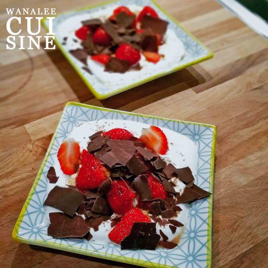 Fromage blanc, fraises et chocolat