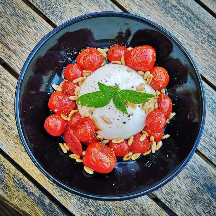 Burrata et tomates cerises justepoêlées